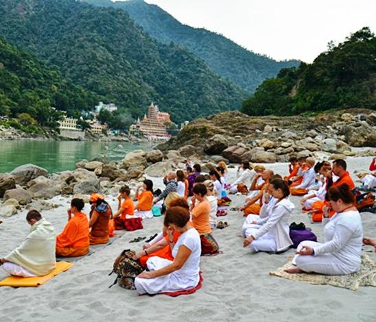 Pranayama sur les rives du Gange en Inde