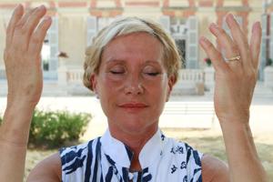 Catherine Bousquet en train de pratiquer le Qi Gong des Yeux