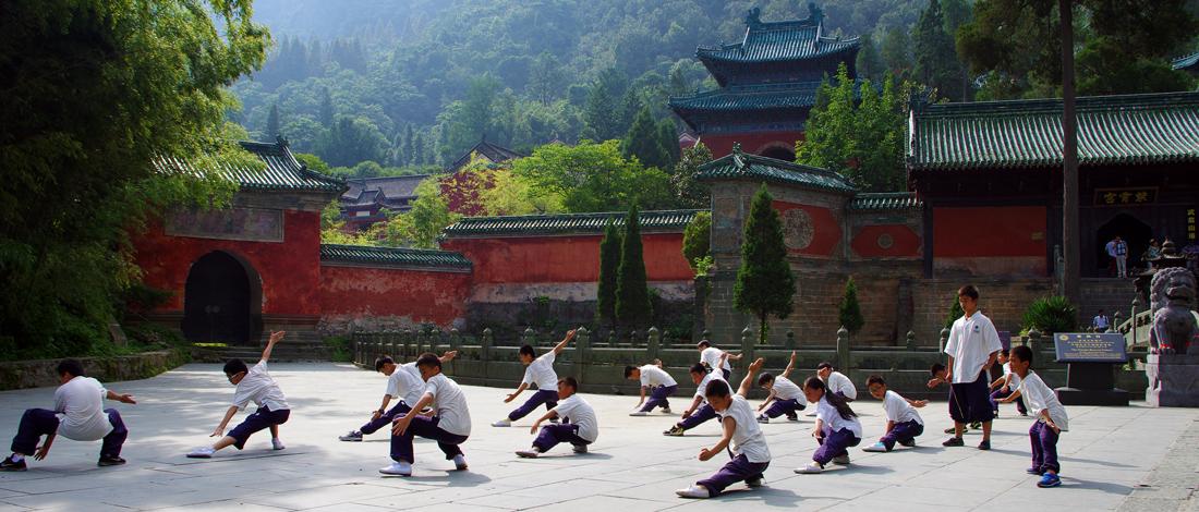 Pratiquants d'Arts Martiaux devant un temple Taoïste au Wudang