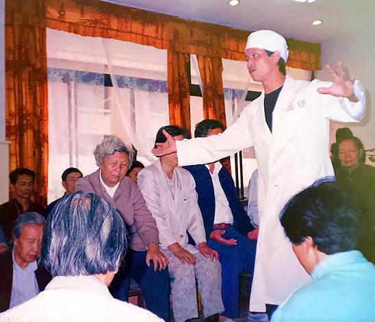 Docteur Zhang Kunlin utilisant la technique du Fa Gong