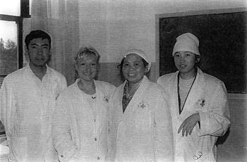 Catherine Bousquet et Li et Zhang Yisheng, médecins chefs des département TUINA et neuf aiguilles