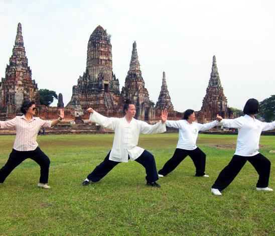 Maître Yuan Li Min en Thaïlande en train de pratiquer avec un groupe