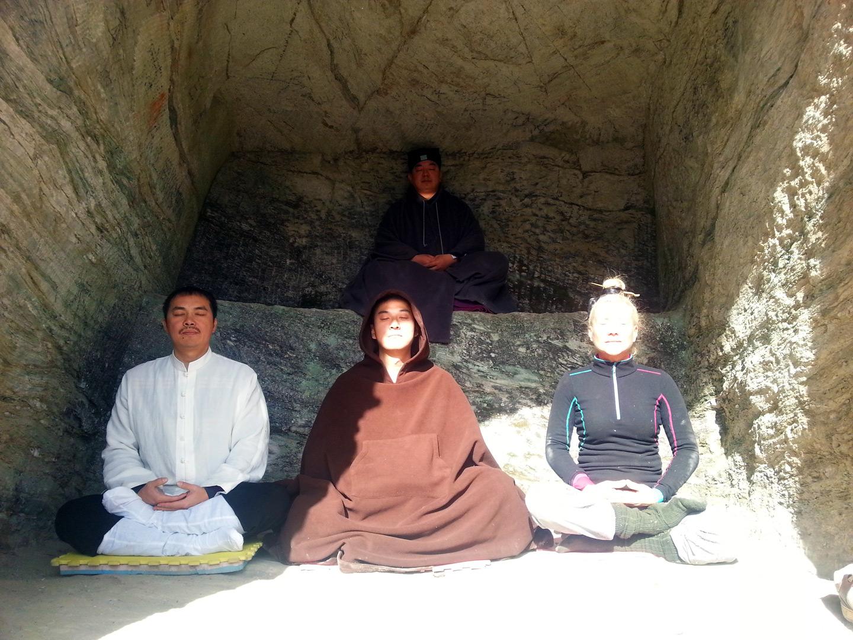 Maître Chen Li Sheng méditant sur le Mont Wudang en compagnie de Catherine Bousquet en d'autres disciples, décembre 2015