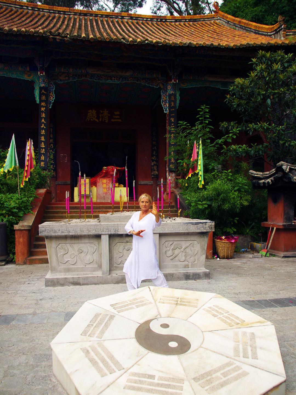 Marche du Bagua Zhang par Catherine Bousquet devant un temple au Wudang