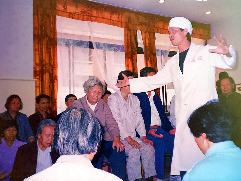Docteur Zhang Kunlin guidant en Chine une séance de méditation thérapeutique