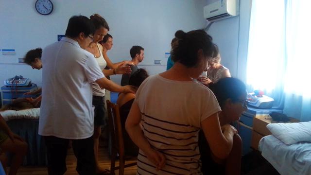 Étudiants Terre d'Asie au département Tuina de l'hôpital du Mont Wudang en Chine