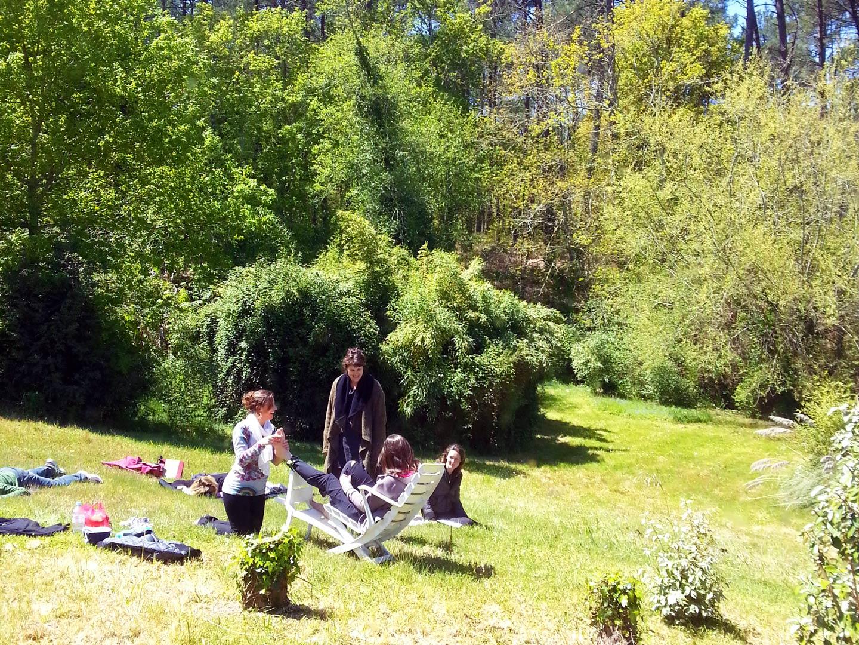 Pratique du massage Tuina dans la nature avec Terre d'Asie lors du stage d'été