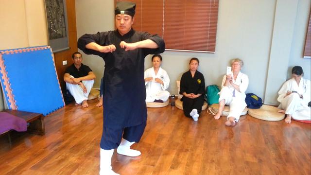 Maître Chen Li Sheng démontrant le Tigre